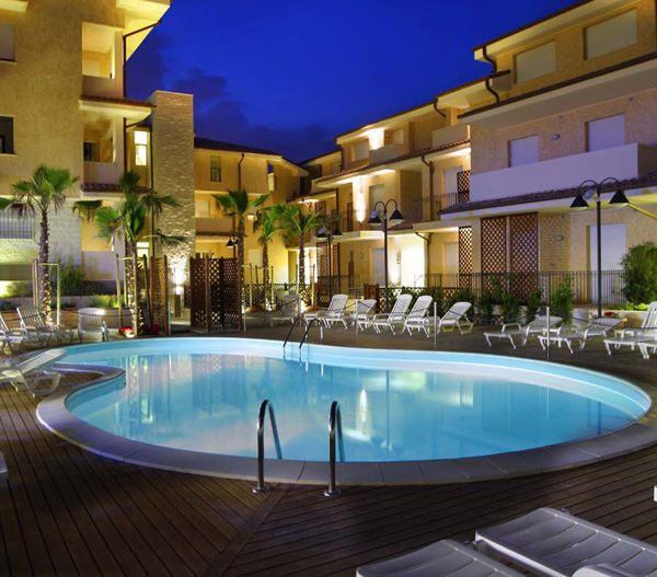 Residence con ampia piscina pineto vivi l 39 abruzzo - Residence a livigno con piscina ...